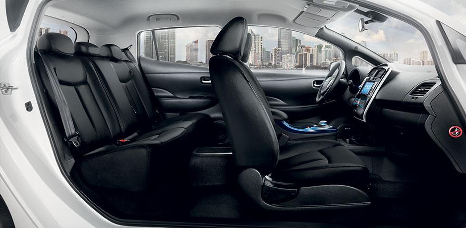 weißer Nissan Leaf Innenraum