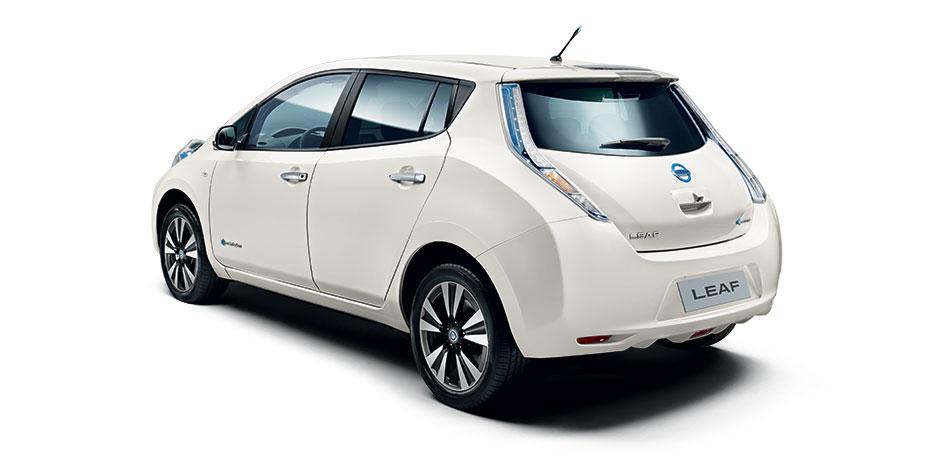 weißer Nissan Leaf Hinteransicht