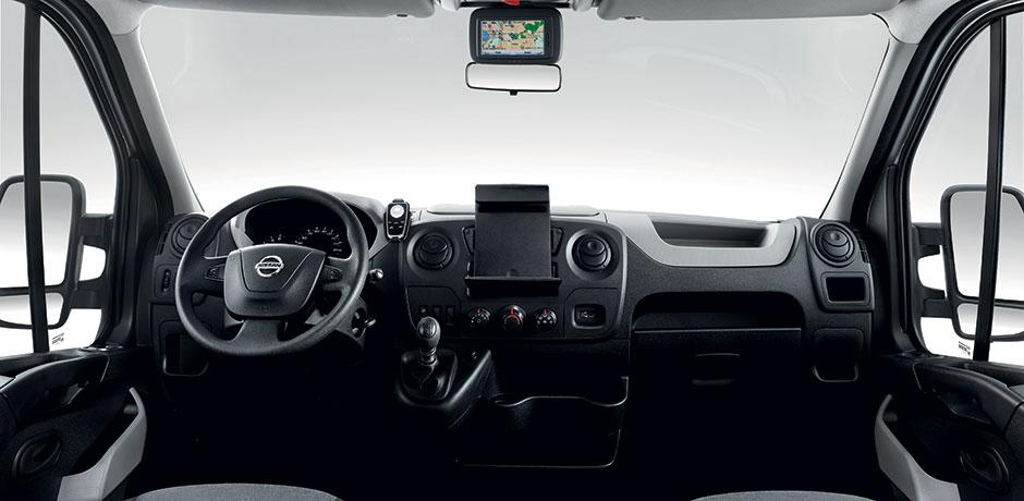 weißer Nissan NV400 Innenraum